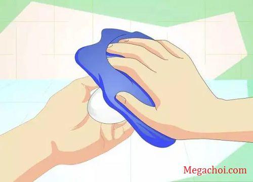 Dùng khăn thấm khô trứng có thể ấp được